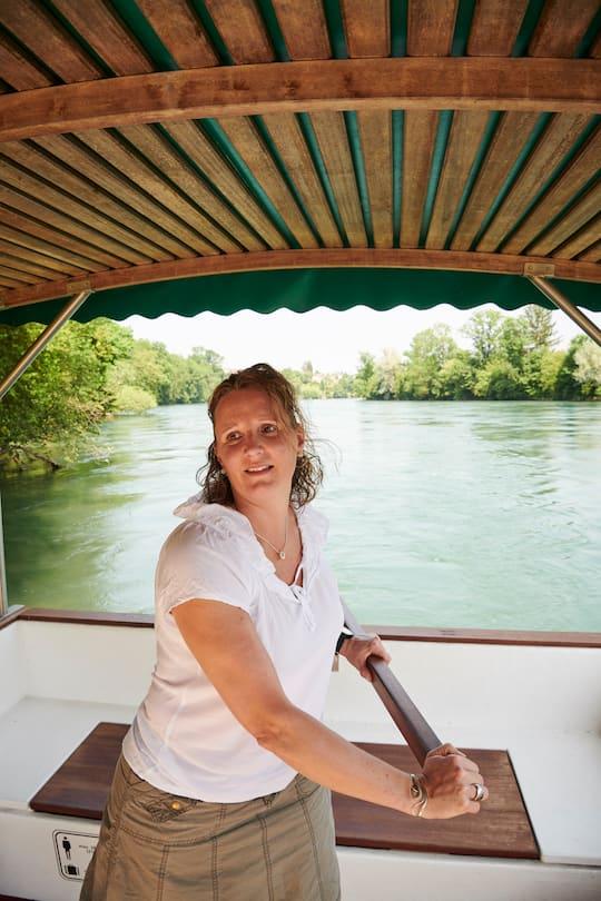 Nicole Ackermann am Steuerruder der Aarefähre
