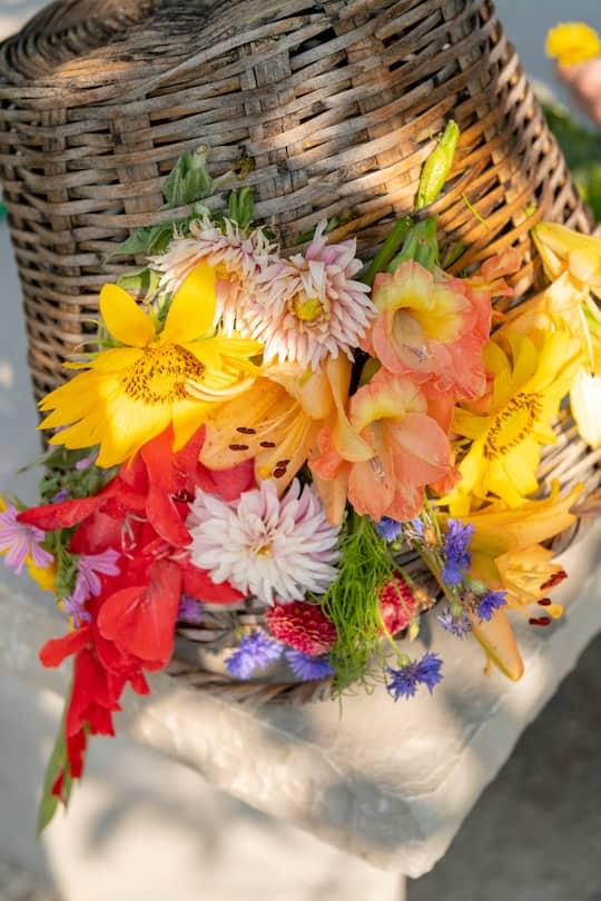 Flechtkorb mit vielen bunten Blumen