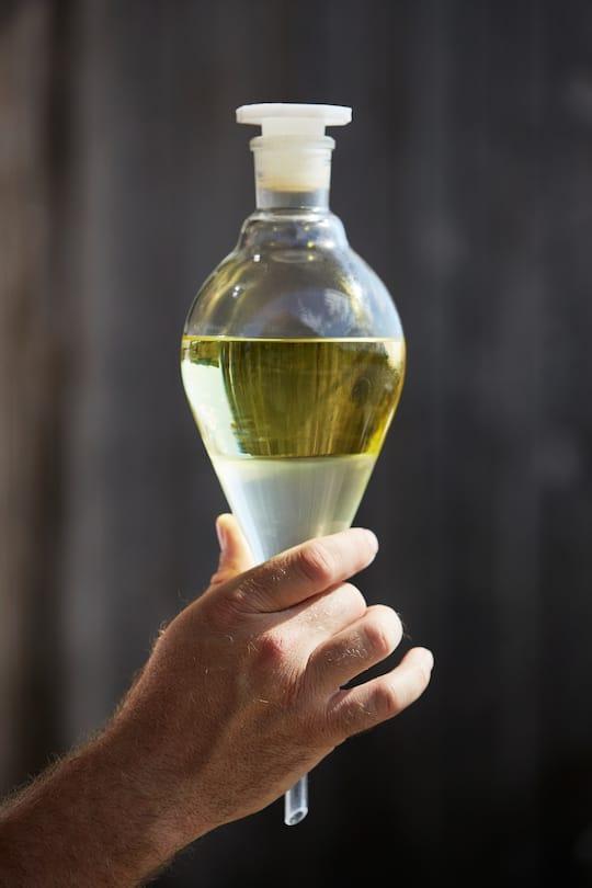 Flüssiges Gold nach der Destillation – Lavendelöl (obere Schicht), Hydrolat (unten)