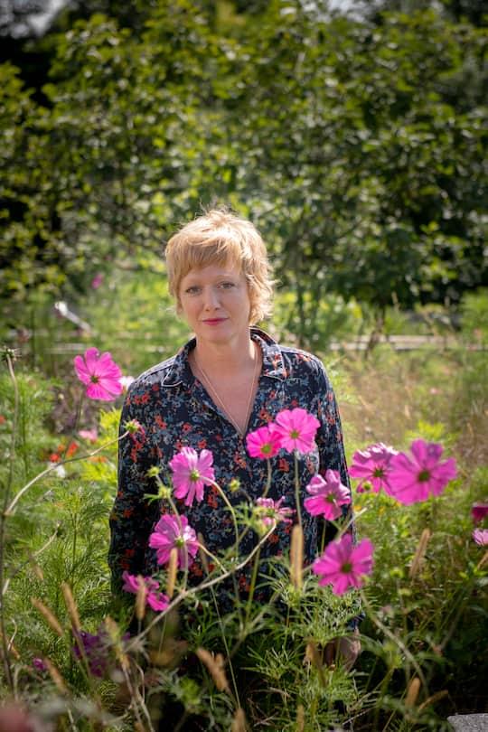 LandLiebe-Stylistin Vera Guala im Garten