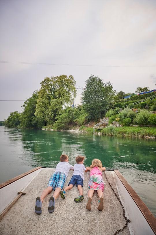 Geschwister Silas, Celine und ihr Freund Joël auf der Aarefähre