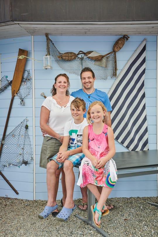 Nicole Ackermann und Roger Gwerder mit ihren Kindern Silas und Celine.