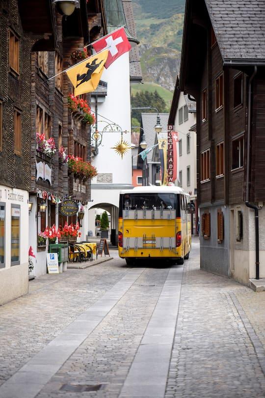 Postauto fährt durch Andermatt