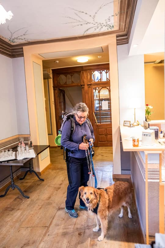 Christine Nydegger und MIschlingshündin Tapas kehren ins Hotel Ofenhorn in Binn VS ein