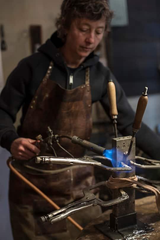 Zinngiesserin Sibylle Bichsel muss kühlen, heizen und Druck erzeugen.
