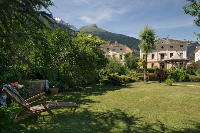 Das Devon House in Poschiavo GR mit Gartenanlage und Pavillon
