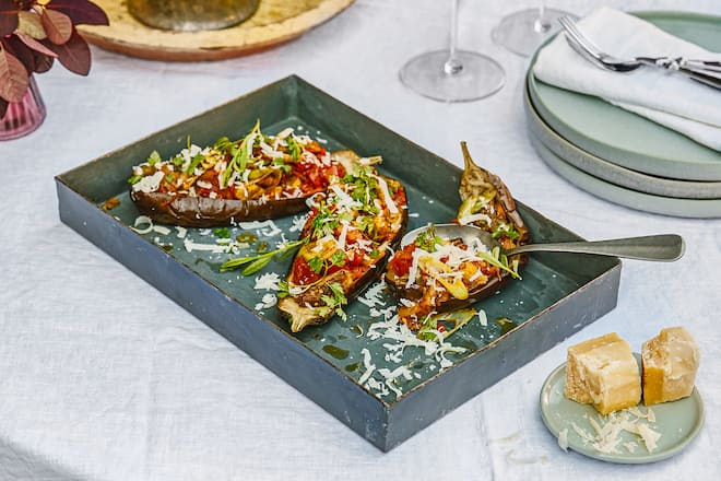 Ratatouille in Aubergine in Grillschale auf schön angerichtetem Tisch