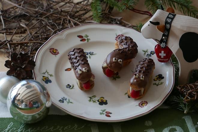Schoko-Tatzelwurm auf Teller mit Weihnachtskugel