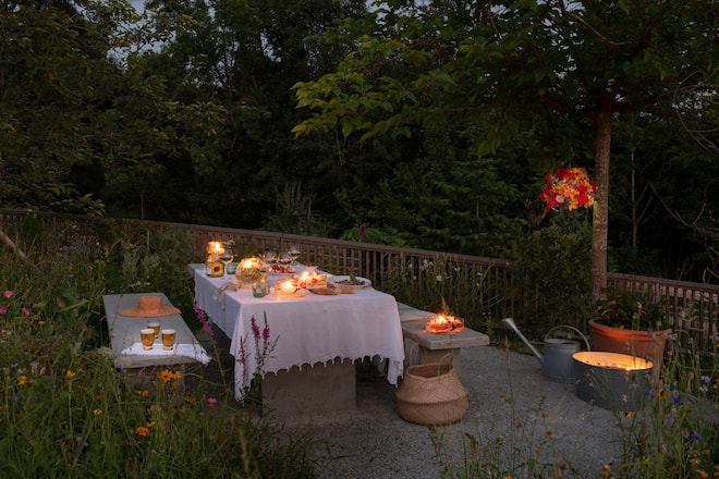 Blumenlichter und -Dekoration an einem Sommerabend im Garten_2