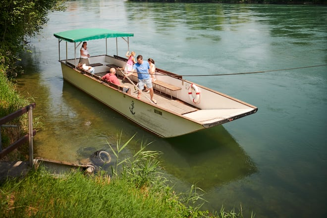Die Fährleute Ackermann-Gwerder fahren ihr Boot im weitum einzigen naturbelassenen Aareabschnitt