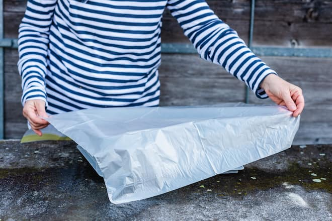 Sandra Dangel deckt Betonmasse mit Plastik ab