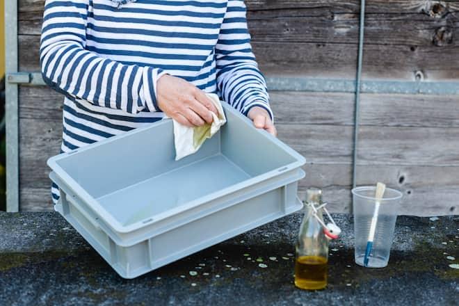 Sandra Dangel fettet das Plastikbecher ein