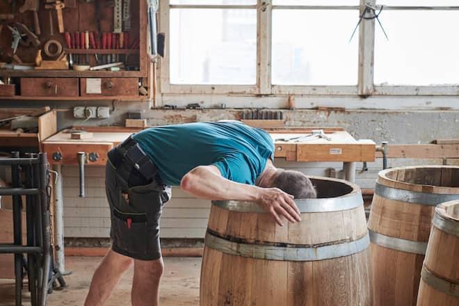 Altes Handwerk: Küfer Martin Thurnheer steckt den Kopf ins Fass