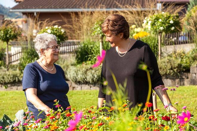 Annemarie und Marianne Lauener in ihrem Garten in Frutigen, Bern