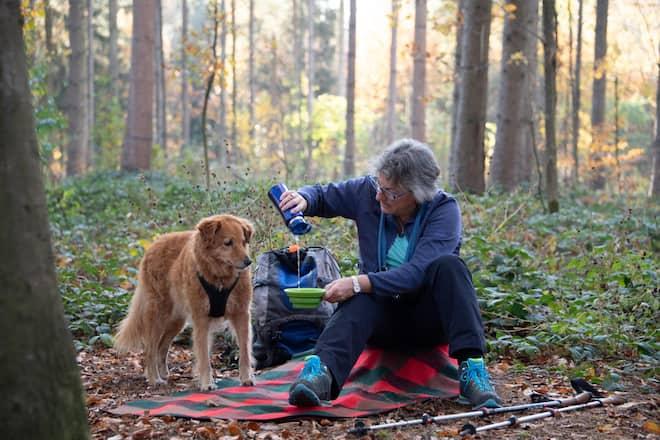 Mischlingshündin Tapas kriegt von Chefin Christine Nydegger Wasser in einem Trinknapf