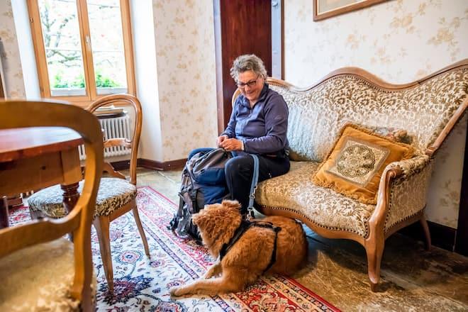 Mischlingshündin Tapas und Chefin Christine Nydegger warten auf dem Sofa