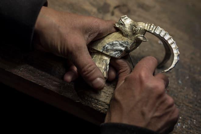 Zinngiesserin Sibylle Bichsel macht die Nachbearbeitung bei einem Steinbock-Kopf